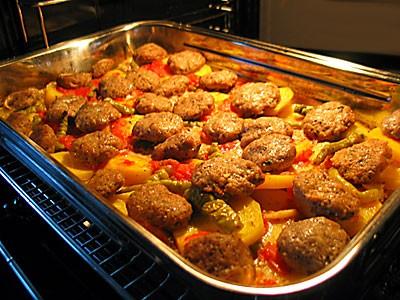 Fırında Köfte Ve Patates